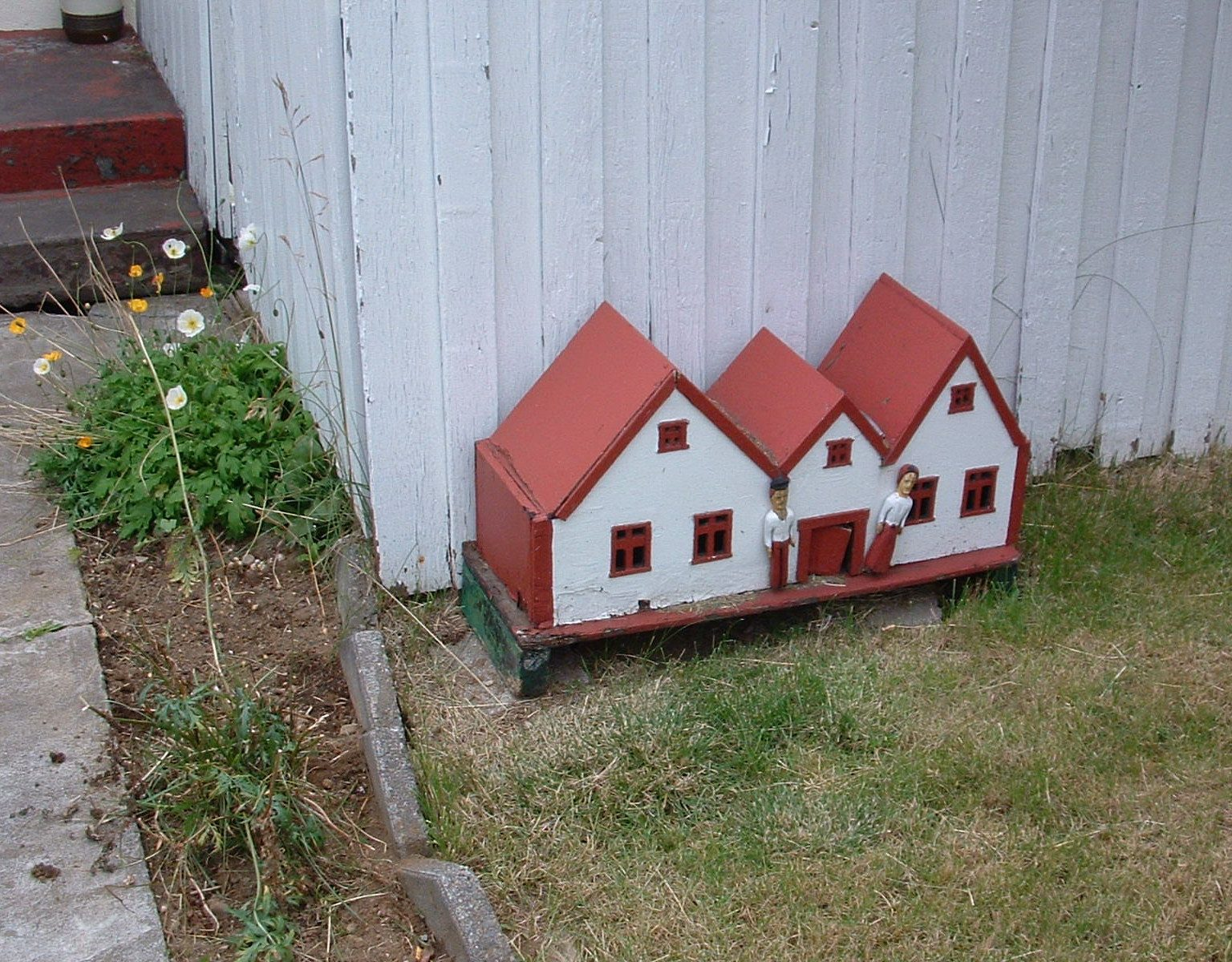 A picture of a model house. Not connected to elves in any way.